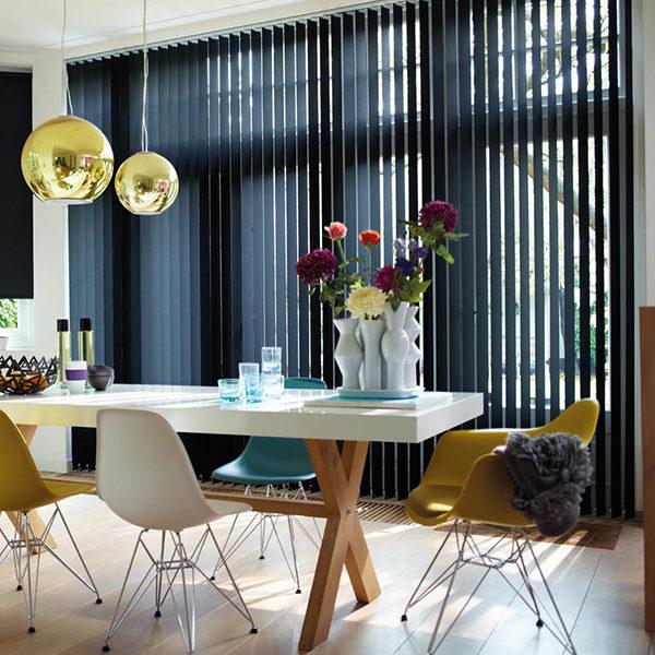 Isol&Plus - Fonctionnel tant à la maison que sur le lieu de travail, le store à lamelles verticales ou store californien vous offre de nombreuses possibilités