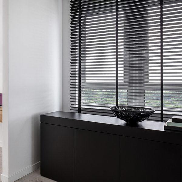 Isol&Plus - Pour une touche déco design, rien de mieux que les stores à lames horizontales en bois